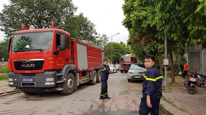 Cảnh sát PCCC và CNCH Hà Nội triển khai phương tiện dập tắt đám cháy và tìm kiếm cứu hộ.