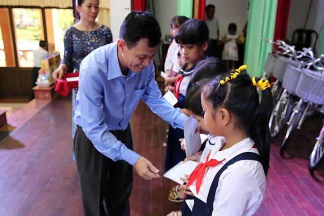 Phó Thủ tướng Thường trực trao quà cho gia đình chính sách, học sinh nghèo hiếu học - Ảnh minh hoạ 7