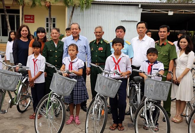 Phó Thủ tướng Thường trực trao quà cho gia đình chính sách, học sinh nghèo hiếu học - Ảnh minh hoạ 2