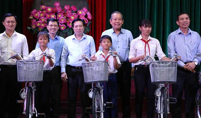 Phó Thủ tướng Thường trực trao quà cho gia đình chính sách, học sinh nghèo hiếu học - Ảnh minh hoạ 5