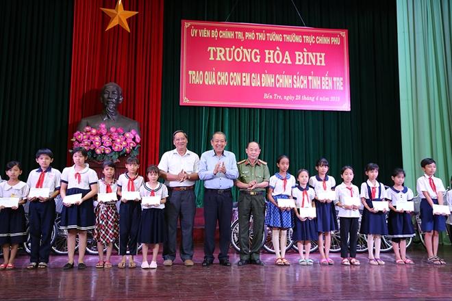 Phó Thủ tướng Thường trực trao quà cho gia đình chính sách, học sinh nghèo hiếu học - Ảnh minh hoạ 6