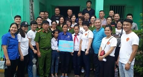 Dành tặng gần 100 triệu đồng cho trẻ em huyện đảo