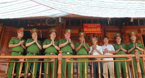 Món quà ý nghĩa của lực lượng CSCĐ đối với gia đình chính sách tỉnh Điện Biên