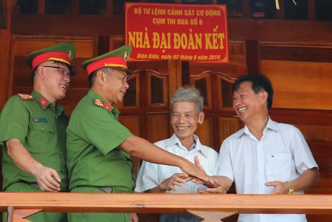 Món quà ý nghĩa của lực lượng CSCĐ đối với gia đình chính sách tỉnh Điện Biên - Ảnh minh hoạ 2