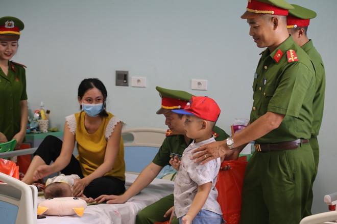 Đoàn viên Công đoàn Học viện CSND mang Tết Trung thu đến với các bệnh nhi