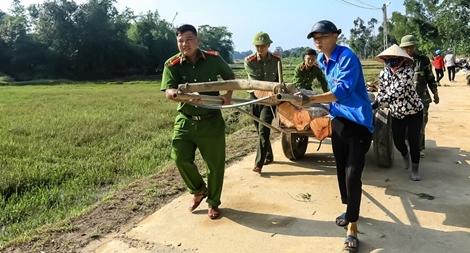 Tranh thủ ngày nghỉ, Công an Hương Sơn giúp dân làm nông thôn mới