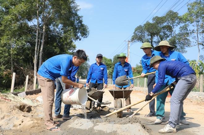 Tranh thủ ngày nghỉ, Công an Hương Sơn giúp dân làm nông thôn mới - Ảnh minh hoạ 5