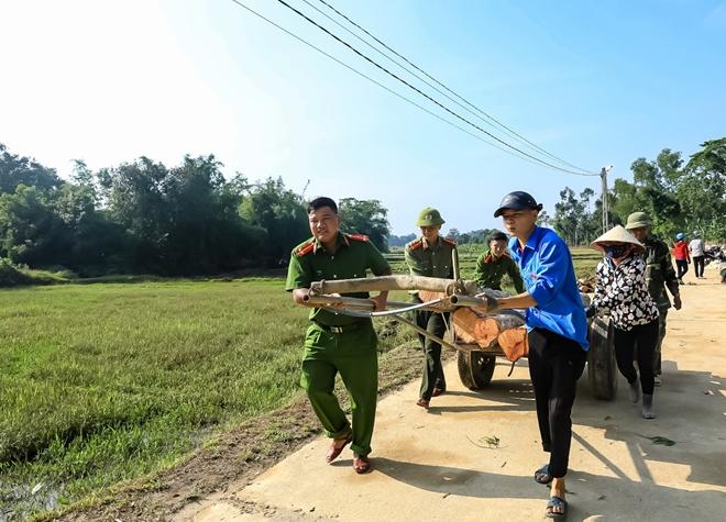 Tranh thủ ngày nghỉ, Công an Hương Sơn giúp dân làm nông thôn mới - Ảnh minh hoạ 3