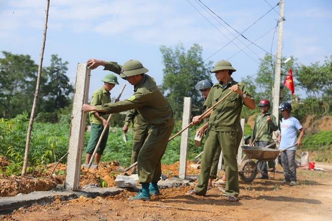 Tranh thủ ngày nghỉ, Công an Hương Sơn giúp dân làm nông thôn mới - Ảnh minh hoạ 4