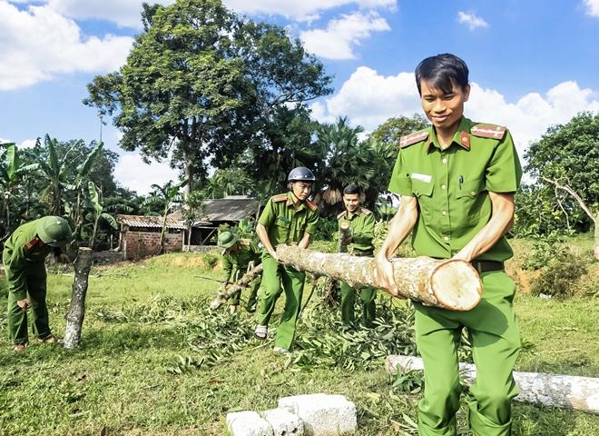 Tranh thủ ngày nghỉ, Công an Hương Sơn giúp dân làm nông thôn mới - Ảnh minh hoạ 2