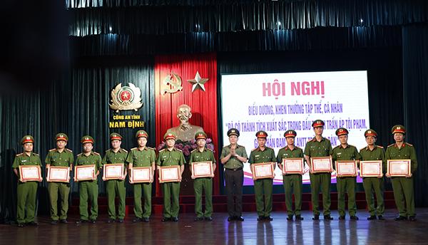 Công an Nam Định khen thưởng 5 tập thể, 26 cá nhân có thành tích xuất sắc - Ảnh minh hoạ 2