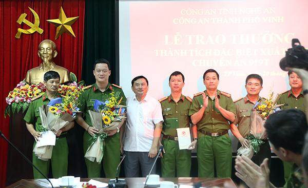 Trao thưởng các đơn vị phá vụ 3 người Trung Quốc chiếm đoạt tài sản từ ATM