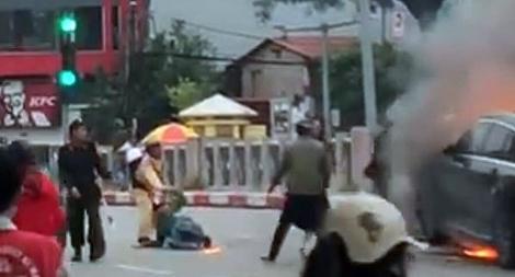 Giây phút CSGT bất chấp nguy hiểm lao vào đám cháy xe cứu người mắc kẹt