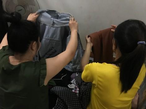 Những công nhân bán hàng lậu kiếm thêm thu nhập dịp Tết.