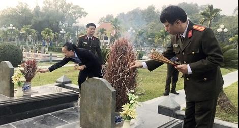 Báo CAND dâng hương tưởng niệm các Anh hùng liệt sỹ tại Nghĩa trang A1