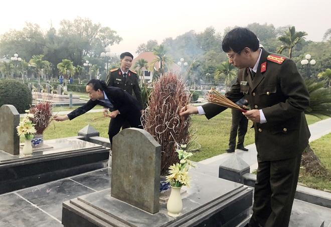Báo CAND dâng hương tưởng niệm các Anh hùng liệt sỹ tại Nghĩa trang A1 - Ảnh minh hoạ 2