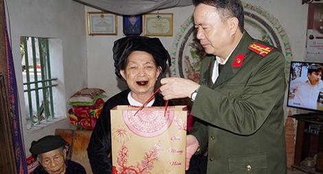Thăm tặng quà các gia đình chính sách nhân dịp Tết Nguyên đán Canh Tý 2020