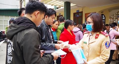 Phát khẩu trang miễn phí cho nhân dân nơi địa đầu Tổ quốc