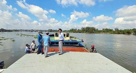 Bắt nhóm đối tượng khai thác cát trái phép sông Vàm Cỏ Đông