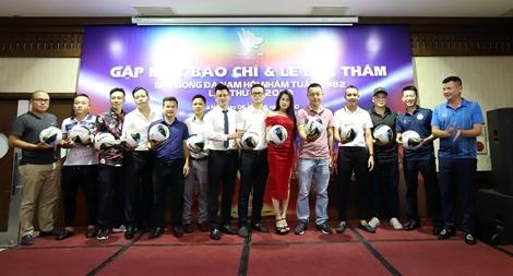 Giải bóng đá kết nối thế hệ 8x và quyên góp tiền xây cầu dân sinh