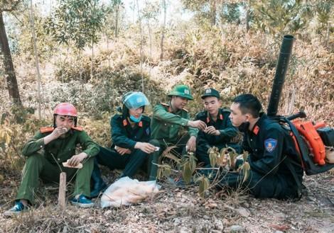 Phút giải lao ngắn ngủi của các chiến sĩ Cảnh sát cơ động tham gia chữa cháy rừng.