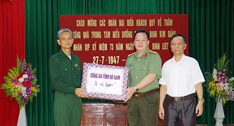 Công an tỉnh Hà Nam thăm hỏi, tặng quà thương bệnh binh