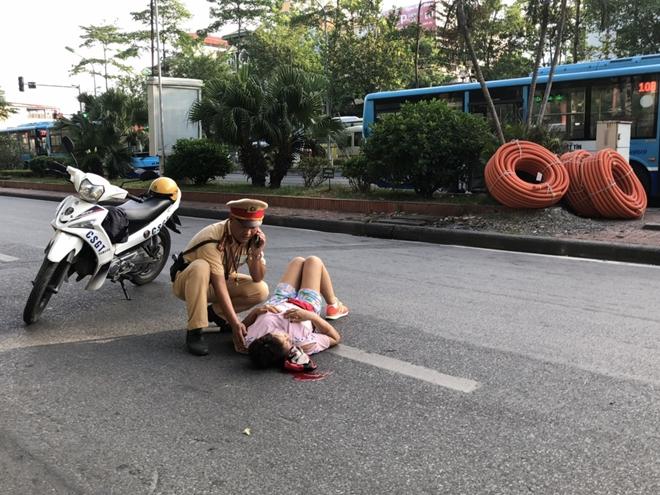 Khoảnh khắc đẹp của chiến sĩ CSGT giúp đỡ người phụ nữ bị tai nạn