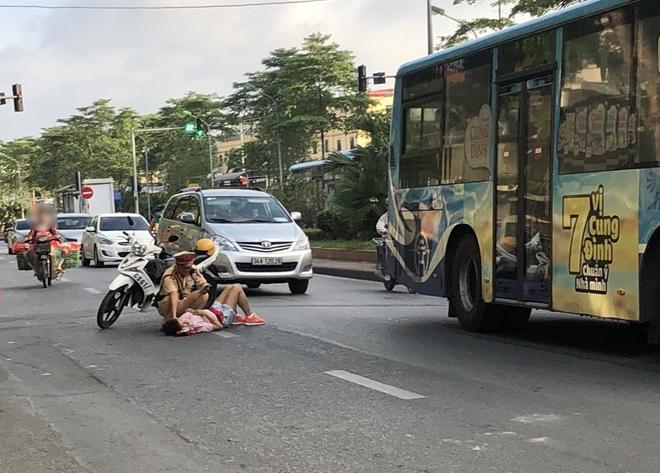 Khoảnh khắc đẹp của chiến sĩ CSGT giúp đỡ người phụ nữ bị tai nạn - Ảnh minh hoạ 2
