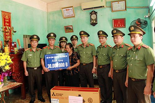 Món quà nghĩa tình gửi tặng thân nhân gia đình 3 liệt sĩ CAND hy sinh tại xã Đồng Tâm