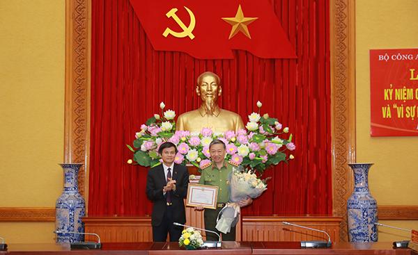 """Trao tặng Kỷ niệm chương """"Bảo vệ an ninh Tổ quốc"""" và Kỷ niệm chương """"Vì sự nghiệp Tạp chí lý luận của Đảng"""" - Ảnh minh hoạ 3"""