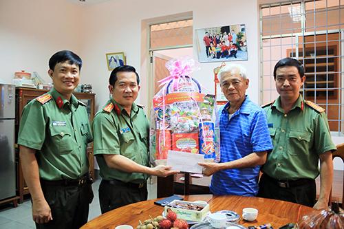 Công an tỉnh An Giang thăm hỏi gia đình nguyên lãnh đạo tỉnh và Công an tỉnh - Ảnh minh hoạ 3