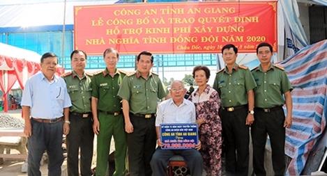 Công an tỉnh An Giang thăm và hỗ trợ kinh phí xây nhà Nghĩa tình đồng đội