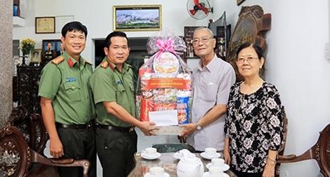 Công an tỉnh An Giang thăm hỏi gia đình nguyên lãnh đạo tỉnh và Công an tỉnh