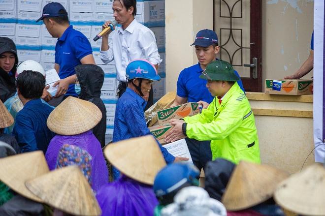 TC MOTOR trao  tận tay 4.000 phần quà tới người dân vùng rốn lũ miền Trung - Ảnh minh hoạ 3
