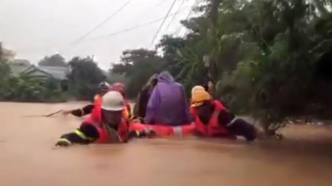 Xúc động hình ảnh vừa hát động viên vừa cứu dân thoát hiểm của Công an Quảng Trị