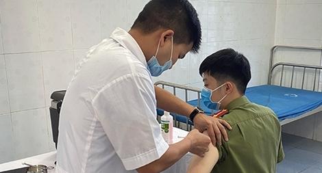Tiêm vaccine COVID-19 cho CBCS Công an các huyện biên giới tỉnh Hà Giang