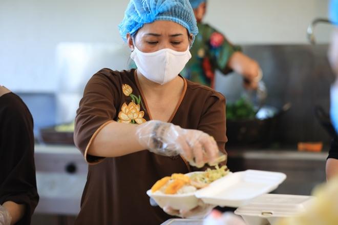 Sư cô cùng phật tử nấu cơm cho bệnh nhân cách ly tại Bệnh viện K - Ảnh minh hoạ 3