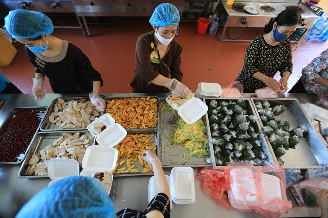 Sư cô cùng phật tử nấu cơm cho bệnh nhân cách ly tại Bệnh viện K - Ảnh minh hoạ 4