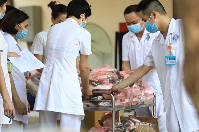 Sư cô cùng phật tử nấu cơm cho bệnh nhân cách ly tại Bệnh viện K - Ảnh minh hoạ 9