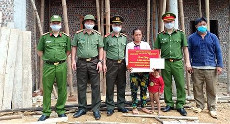 Trao tiền hỗ trợ làm nhà ở cho các hộ nghèo huyện Quản Bạ