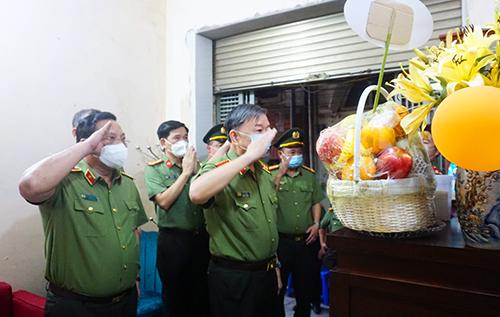 Bộ trưởng Tô Lâm thăm, tặng quà gia đình liệt sỹ Phạm Công Huy