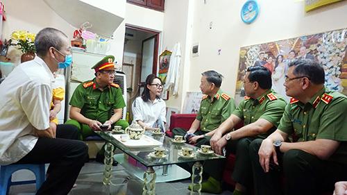 Bộ trưởng Tô Lâm thăm, tặng quà gia đình liệt sỹ Phạm Công Huy - Ảnh minh hoạ 2
