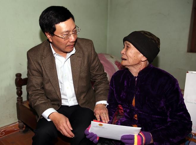 Phó Thủ tướng Phạm Bình Minh thăm và tặng quà Mẹ Việt Nam Anh hùng Ngô Thị Tựu