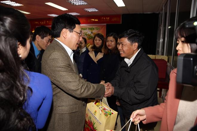 Phó Thủ tướng thăm và tặng quà người lao động và công nhân có hoàn cảnh khó khăn.