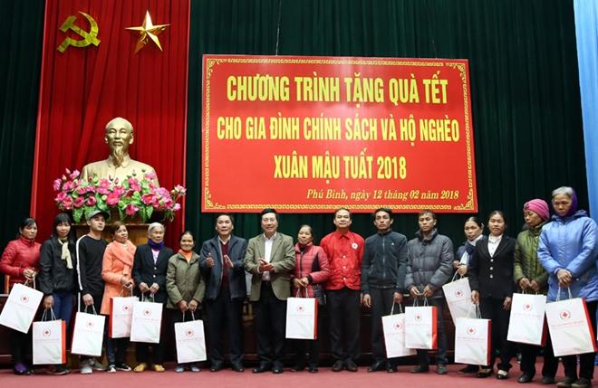 Phó Thủ tướng Phạm Bình Minh trao quà cho các hộ gia đình khó khăn.
