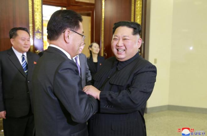Nhà lãnh đạo Triều Tiên Kim Jong-un đã tổ chức một bữa tiệctối đón đoàn của đặc phái viên của Tổng thống Hàn Quốc Moon Jae-in sang thăm.Ảnh: KCNA