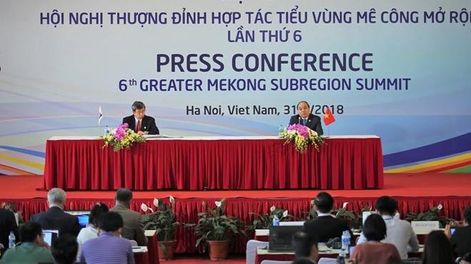 Thủ tướng Nguyễn Xuân Phúc và Chủ tịch Ngân hàng Phát triển châu ÁTakehiko Nakao đồng chủ trì buổi họp báo kết quả Hội nghị.