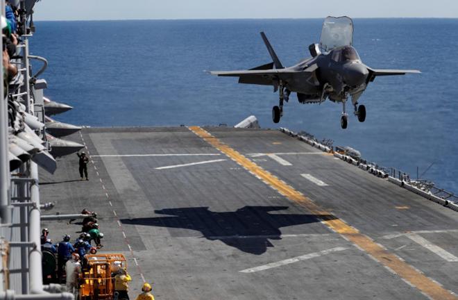 Máy bay chiến đấu tàng hình Lockheed Martin F-35B chuẩn bị hạ cánh xuốngtàu sân bay USS Wasp.Ảnh: Reuters