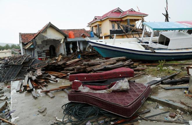 Hàng nghìn ngôi nhàđã bị phá hủy hoàn toàn hoặc bị tàn phá nặng nề sau khi sóng thần tràn qua.Ảnh: Reuters