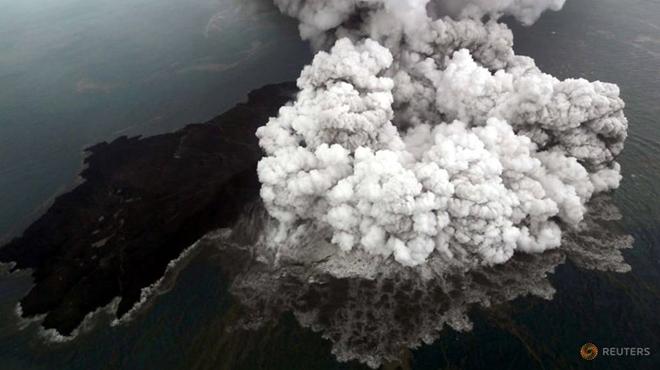 Hìnhảnh núi lửaAnak Krakatoa tiếp tục phun trào sau khi trận sóng thần xảy ra.Ảnh: Reuters